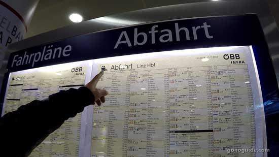 ป้ายตารางเวลารถไฟ Linz