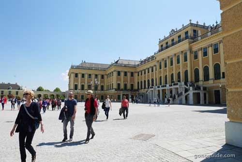 ด้านหน้า Schoenbrunn palace